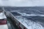 Maltempo, mare mosso sullo Stretto di Messina: le onde alte nel video ripreso da una nave