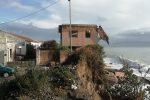 Mareggiate sulla costa di Messina, crolla in acqua metà della palazzina ex Samar di Contesse - Foto