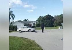 Non indovinerete mai chi c'è al volante di quest'automobile Un cane ha «guidato» la macchina del padrone per quasi un'ora. Il video dalla Florida - CorriereTV