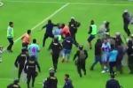 Perù: tifosi e giocatori attaccano l'arbitro