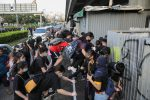 Proteste a Hong Kong, la polizia lancia lacrimogeni sulla folla