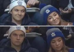 Selfie o verità? Ecco la prova (ennesima) che spesso sorridiamo «per finta» Il video del sorriso forzato di due ragazzi durante una partita di hockey diventa virale - CorriereTV