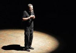 Simone Savogin, l'esibizione per «la Lettura» L'inizio del monologo del campione di poetry slam in occasione dell'inaugurazione dalla mostra «La Poesia è di tutti» - Nino Luca
