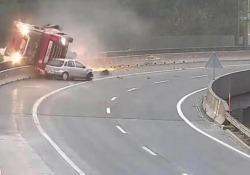 Slovenia: il camion cisterna precipita dal viadotto dopo il sorpasso in curva Il camion è caduto nel vuoto per 20 metri. Morto il conducente - CorriereTV