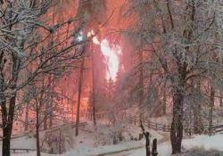 Val Pusteria: il «bosco in fiamme» per la caduta dei cavi elettrici Alto Adige, le incredibili immagini degli alberi carichi di neve caduti sulle linee ad alta tensione - CorriereTV