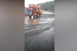 Acqua in autostrada a Falerna, ruspe sulla A2 per liberare l'asfalto dal fango - Video