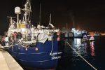 Messina, la nave Alan Kurdi attracca a sorpresa al porto carica di migranti - Foto