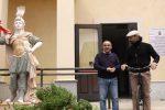 Statua dei boss davanti al Comune di Guardavalle, il sindaco: sarà rimossa