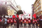 """Le """"sardine nere"""" in piazza a Napoli a difesa di migranti e rifugiati"""