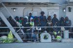 Veliero con 55 migranti approda al porto di Corigliano, fermati tre presunti scafisti