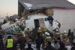 Kazakistan, aereo con 98 persone a bordo precipita dopo il decollo: dodici le vittime