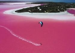 Australia: col kitesurf sul lago «pink» La Hutt Lagoon è un lago salato grande 70 chilometri quadrati - CorriereTV