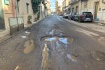 """Reggio, """"crateri"""" sulle strade e gravi disagi: i cittadini ricorrono al """"fai da te"""" - Foto"""