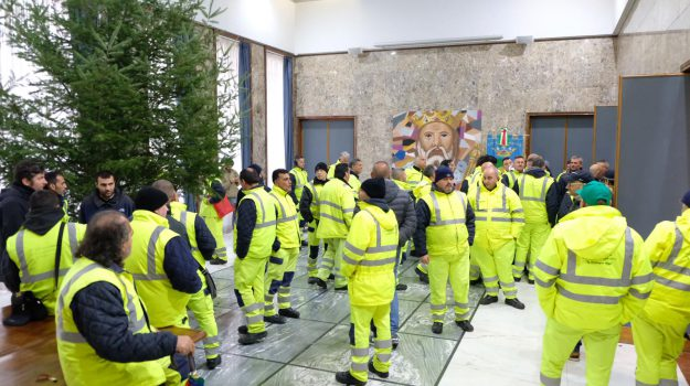 cosenza, dipendenti, lavoro, protesta, Cosenza, Calabria, Economia