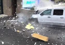 Florida: un furgone sfonda il muro del terminal e finisce nell'area di ritiro bagagli Le telecamere di sorveglianza dell'Aeroporto Internazionale di Sarasota-Bradenton hanno documentato l'incidente - CorriereTV