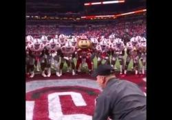 Football, la danza robotica dell'Ohio State (con la mascotte) La squadra di football americano dell'Ohio State ha un rito molto particolare prima delle partite - Dalla Rete
