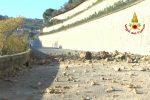 Cosenza, masso rotola giù dalla collina e provoca una frana: chiusa via Morelli - Video
