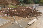 Frana in via Corsonello a Cosenza: la collina invade la strada, disagi per la viabilità - Foto
