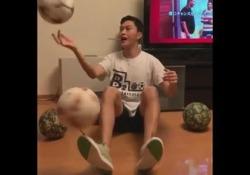 Freestyle, palleggia con cinque palloni e tre bastoncini «Ryu Tricks» è un freestyler che ama mostrare numeri sempre particolari - Dalla Rete
