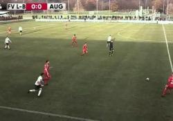 Germania, il gol è un pallonetto da centrocampo Non capita spesso di segnare gol così - CorriereTV