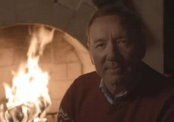 Gli auguri di Kevin Spacey in stile Frank Underwood: «Se qualcuno vi fa del male, potete ucciderlo con gentilezza» L'attore nel suo video messaggio di auguri di Natale - Ansa