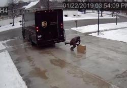 Il vialetto è una lastra di ghiaccio: la consegna «impossibile» del fattorino Il filmato della videosorveglianza di un'abitazione negli Usa è diventato virale - CorriereTV