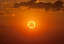 L'ultima eclissi solare del decennio, le immagini dalla rete Il sole e la luna hanno disegnato un anello di fuoco nel cielo - Ansa