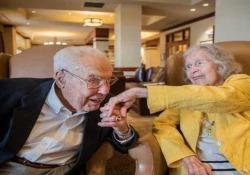 La coppia più longeva del mondo: Charlotte e John sposati da 80 anni Charlotte Curtis e John Henderson sono entrati nel Guinness dei primati come la coppia più longeva al mondo - CorriereTV