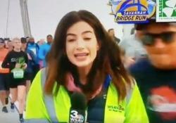 La reporter molestata in diretta tv durante la maratona. L'atleta radiato a vita È successo nella città americana di Savannah, Georgia - CorriereTV