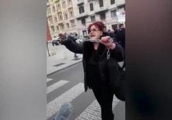 Le proteste davanti alla Popolare di Bari: «Ladri, vergognatevi» Corteo di azionisti e obbligazionisti davanti alla sede alla Banca - Corriere Tv