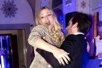 Balli e karaoke, Michelle Hunziker si scatena al party di Natale