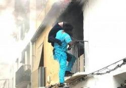 Migrante salva disabile da un incendio: «È un eroe, dategli il permesso di soggiorno» La bella storia del ventenne Gorgui Lamine Sow, un immigrato senegalese, ha commosso la Spagna - CorriereTV