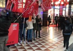 Milano, sciopero Adidas in pieno centro contro licenziamenti e delocalizzazione I dipendenti scesi in strada: «Grazie per il bel regalo di Natale» - Ansa