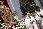 """La messa della notte di Natale, il Papa: """"La logica del mondo è dare-avere, Dio arriva gratis"""""""