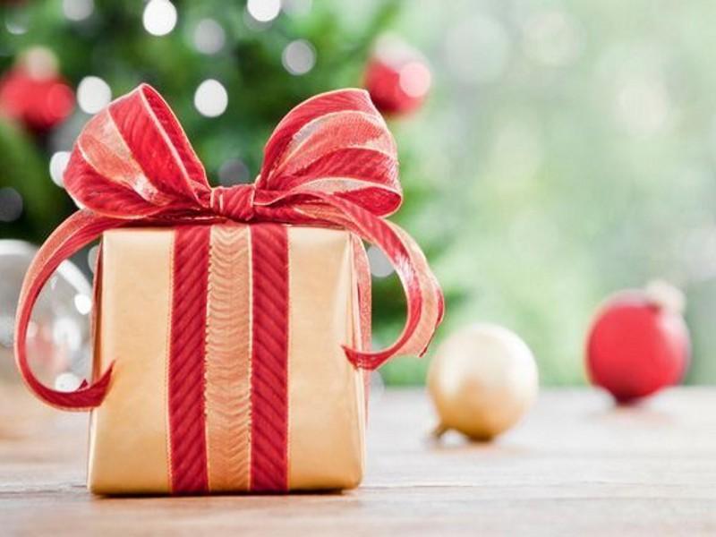 Regali di Natale, gli italiani scelgono i negozi ma crescono gli