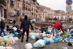 Cosenza invasa dai rifiuti, proteste in centro storico e traffico in tilt - Video
