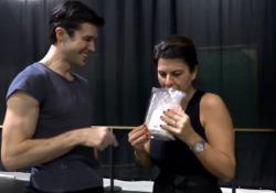 Roberto Bolle prepara «Danza con Me 2020», il video del siparietto con Geppi Cucciari Il ballerino prepara lo show in programma il primo gennaio in prima serata su Rai Uno - Corriere Tv