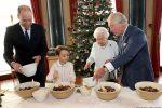 Baby George prepara per la prima volta i biscotti di Natale insieme alla Regina