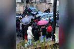 Blitz a Cosenza, i parenti degli arrestati davanti alla questura: urla e tensione, aggredito un agente - Video
