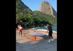 Teqball, lo scambio tra Natalia Guitler e Michel Bastos Lei è una delle giocatrici di footvolley più forti del mondo, lui una bandiera del calcio brasiliano - Dalla Rete