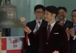 Tokyo, applausi alla cerimonia di chiusura dell'anno della Borsa Un artista giapponese ha suonato la campanella - Ansa