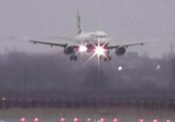 Vento sulla pista di Newcastle: le complicate manovre dei piloti Non poche difficoltà hanno avuto i piloti a far atterrare e decollare gli aeromobili sulla pista - CorriereTV