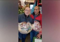 Verdone e gli auguri (con il fioraio) per Natale: «Magdi, tu mi adori?» Gag dell'attore su Facebook - Corriere Tv