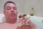 Nell'idromassaggio col sigaro, il video di un candidato della Lega in Calabria diventa virale
