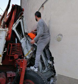 Camion sfonda una casa, grave incidente a San Demetrio Corone: due feriti