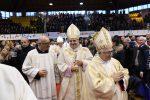 L'abbraccio del PalaMilone di Crotone al neo arcivescovo Panzetta - Foto