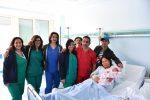 Nella foto la piccola con genitori, medici e ostetriche