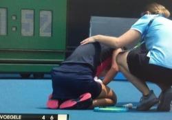 Australian Open: la giocatrice ha una crisi respiratoria a causa del fumo degli incendi Nella prima giornata delle qualificazioni si è registrato il forfait di Dalila Jakupovic per l'aria fortemente inquinata, a seguito degli spaventosi incendi - CorriereTV