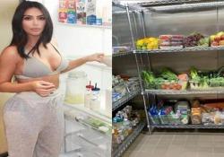 Avete sempre voluto sapere cosa c'è nel frigo di Kim Kardashian? Più che un frigo tradizionale la star americana possiede una vera e propria stanza refrigerante, con ogni genere di bontà - CorriereTV