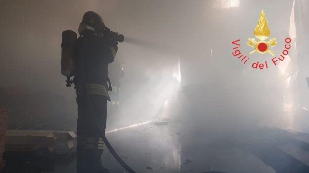 Incendio in un capannone a San Pietro Lametino, nel rogo distrutte cornici e porte di legno